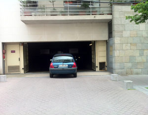 Photo d'une voiture qui entre dans un parking