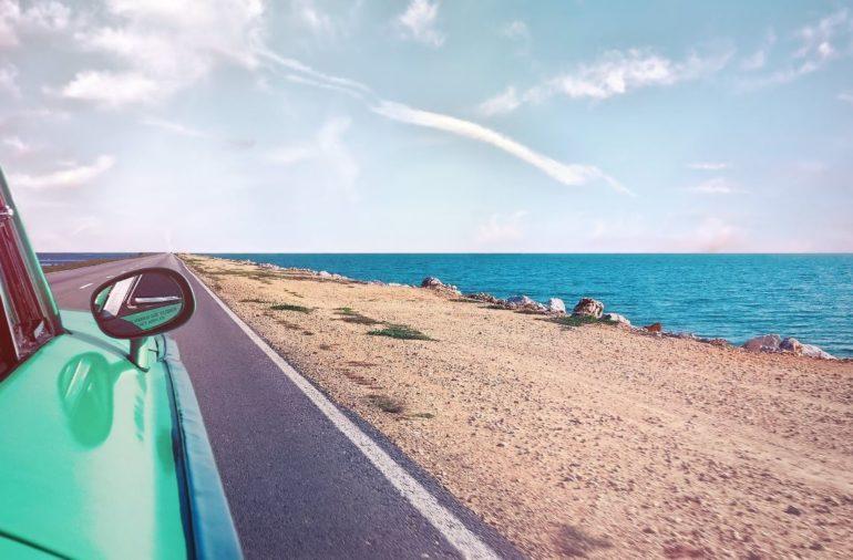 voiture-route-des-vacances-été